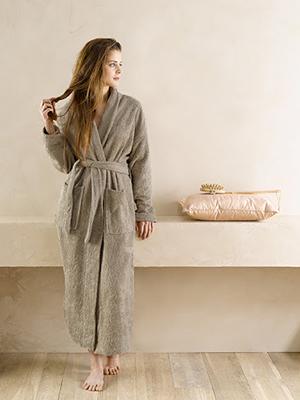 vrouw draagt badjas de witte lietaer